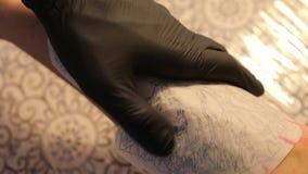 Bosquejo del primer del tatuaje en el brazo almacen de video