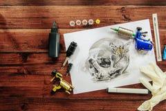 Bosquejo del tatuaje del cráneo con las máquinas rotatorias Foto de archivo libre de regalías