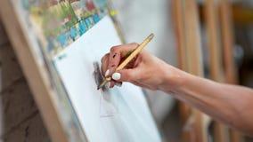 Bosquejo femenino experto del dibujo de la mano del pintor del primer en lona del Libro Blanco usando el l?piz metrajes
