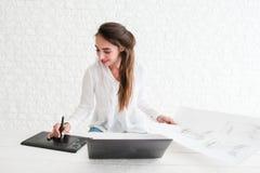 Bosquejo que retoca de la mujer en el ordenador portátil, espacio libre fotografía de archivo