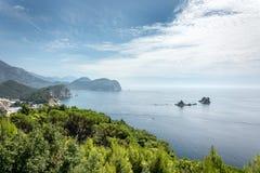 Bosques verdes panorámicos hermosos con el mar y el cielo azules Fotografía de archivo