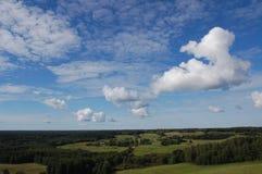 Bosques y campos bajo el cielo fotografía de archivo libre de regalías