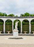 Bosquet柱廊是32专栏和曲拱圈子  免版税图库摄影