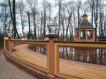 BosquetBosquet-` Menagerium-Teich ` im Sommer-Garten im Vorfrühling im April in St Petersburg Lizenzfreie Stockfotografie