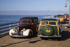 Bosrijke voertuigen die op een pijler drijven royalty-vrije stock foto's
