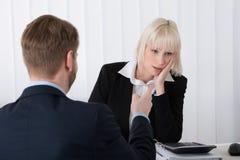Boss Blaming Female Employee para los malos resultados Fotos de archivo libres de regalías