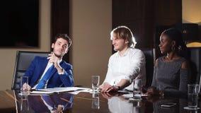 Boss Discussing Figures With su equipo profesional Multi-étnico almacen de video
