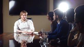 Boss Discussing Figures With su equipo profesional Multi-étnico almacen de metraje de vídeo