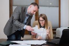 Boss está enojado de empleado El oficinista incurrió en una equivocación foto de archivo libre de regalías