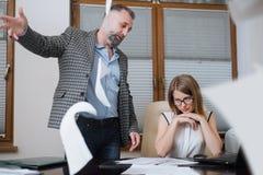 Boss está enojado de empleado El oficinista incurrió en una equivocación Fotos de archivo