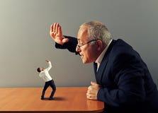 Boss está enojado en el mún empleado Fotos de archivo libres de regalías