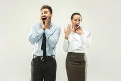 boss happy Άτομο και ο γραμματέας του που στέκονται στο γραφείο Στοκ Εικόνα