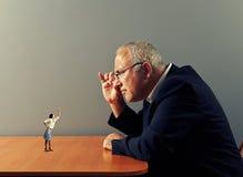 Boss looking at small aggressive woman Royalty Free Stock Photos