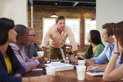 Boss masculino Addressing Office Workers en la reunión Imagen de archivo