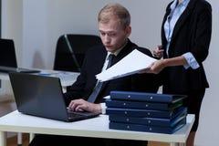 Boss que da más papeleo Imágenes de archivo libres de regalías