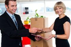 Boss que entrega el documento firmado a su secretaria Imagenes de archivo