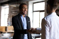 Boss que sacude las manos que saludan al nuevo cliente del empleado o de la compañía imagenes de archivo