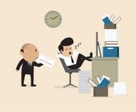 Boss ve al empleado caerse assleep durante el trabajo Imágenes de archivo libres de regalías