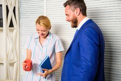 Boss y el trabajador discuten negocio Relaciones en el lugar de trabajo Atmósfera amistosa pacífica de los colegas Amistad de fotos de archivo