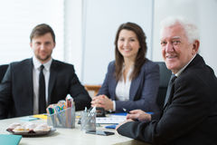 Boss y empleados jovenes Imagen de archivo libre de regalías