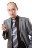 Bossage caucasien avec des clés de véhicule sur un fond blanc photographie stock