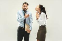 Bossage fâché Équipez et son secrétaire se tenant au bureau ou au studio Image libre de droits