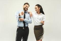 Bossage heureux Homme et son secrétaire se tenant au bureau Image libre de droits