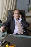 Bossage parlant par le téléphone. Photo libre de droits