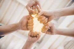 Bosse de poing de l'amitié et du travail d'équipe pour le nouveau projet de démarrage Bu Image libre de droits