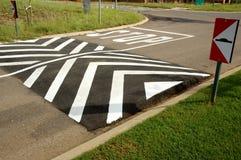 Bosse de vitesse à la rue d'arrêt Photo libre de droits