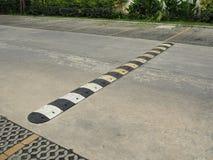 Bosse de vitesse sur une route bétonnée Photo stock
