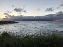 Bosse du nord de rivage avec des surfers Images libres de droits