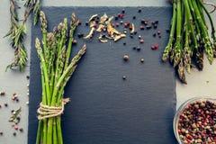 Bossen van asperge met kruiden Royalty-vrije Stock Fotografie
