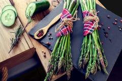 Bossen van asperge met kruiden en komkommer Royalty-vrije Stock Afbeelding