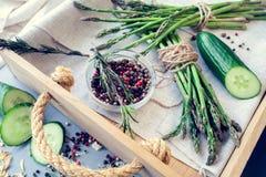 Bossen van asperge met kruiden en komkommers Stock Afbeeldingen