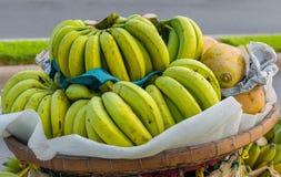 Bossen van de Gele Bananen die van Riped bij Zuidoostaziatische Vruchten hangen Royalty-vrije Stock Foto's
