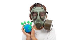 Bossenbelang - ecologieconcept met kind die gasmasker dragen Stock Afbeeldingen