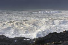 Bosses d'une décennie se brisant contre les falaises du parc d'état d'acres de rivage, baie Orégon de roucoulements images stock