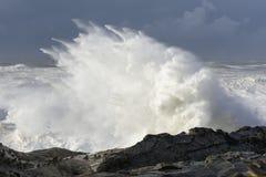 Bosses d'une décennie se brisant contre les falaises du parc d'état d'acres de rivage, baie Orégon de roucoulements photo stock