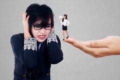 Bossy bizneswoman daje rozkazom fotografia stock