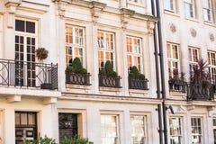 Bostads- aria av Mayfair med rad av periodiska byggnader Lyxig egenskap i mitten av London royaltyfri fotografi