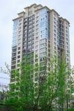 bostads- byggnad för blå himmel Royaltyfri Foto