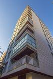 Bostads- byggnad i perspektiv med blå himmel Arkivbild