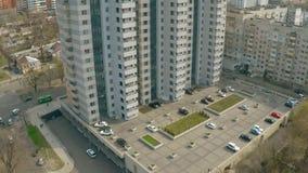 Bostads- byggnad med bilparkeringar och barnlekplatsen Fastighet som upprättar skottet stock video