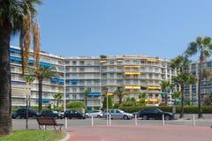 Bostads- byggnad med palmträd, Cannes, Frankrike royaltyfria foton