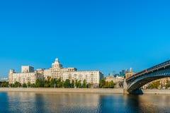 Bostads- byggnad på invallningen av Moskvafloden Royaltyfri Foto