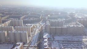 Bostads- byggnader för hög löneförhöjning i flyg- sikt för vinterstad Stadsinfrastruktur i modern stadsurrsikt arkitektur lager videofilmer