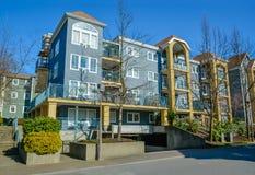 Bostads- byggnader för låg löneförhöjning på bakgrund för blå himmel Royaltyfri Foto