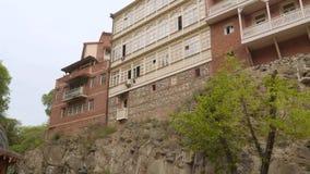 Bostads- byggnader i den gamla delen av Tbilisi stock video