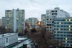 Bostads- byggnader i det Bibirevo området afton moscow Royaltyfria Bilder
